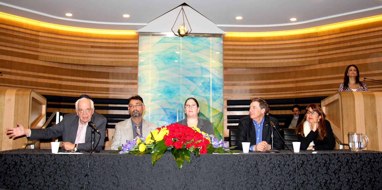 جان مک کالوم وزیر مهاجرت (اول از چپ) در معبد هر ـ زیون خطاب به جمعیت مسلمان و یهودی: « ملاقاتی شگفت انگیز بین یک مسجد  و یک کنیسه برای اسپانسر کردن مشترک پناهندگان سوری؛ افتخار می کنم که کانادایی هستم.»  عکس از سلام تورنتو