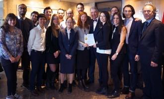 پروفسور دنیل تورپ (نفر ششم از راست) و گروهی از دانشجویان او که قصد دارند دولت کانادا را به خاطر صدور اسلحه به عربستان سعودی به دادگاه بکشانند