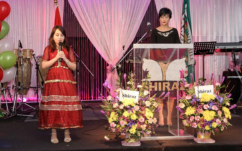 وانیا مقدم در حال اجرای سرود  ملی کانادا و ایران