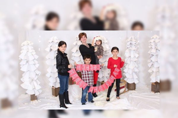 در این عکس خانوادگی آلیسون آذر در کنار چهار فرزندش میتن، شروان ، درسیم و روژان دیده میشود. این چهار فرزند توسط پدرشان - شوهر سابق آلیسون - به ایران برده شده اند.