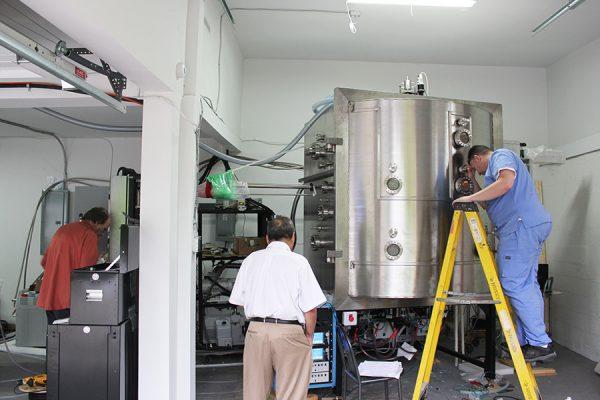 دستگاه بزرگ 50 کیلوواتی لایه گزاری با اشعه الکترنی Electron Beam Coater  در حال ساخت.  شخص سمت راست یکی از مکانیک های شرکت و سمت چپ دکتر مسعود نراقی موسس و مدیرعامل شرکت.