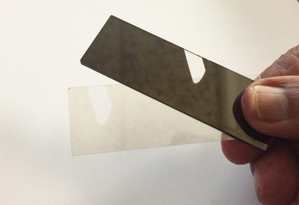 لایه نازک ورودی دو اسلاید میکرسکوپ یکی با ضخامت 200 نانومتر و دیگری با ضخامت 20 فانومتر ـ  9 10 فانومتر معادل یک متر می باشد و یک نانومتر معادل 10 انگسترم می باشد.