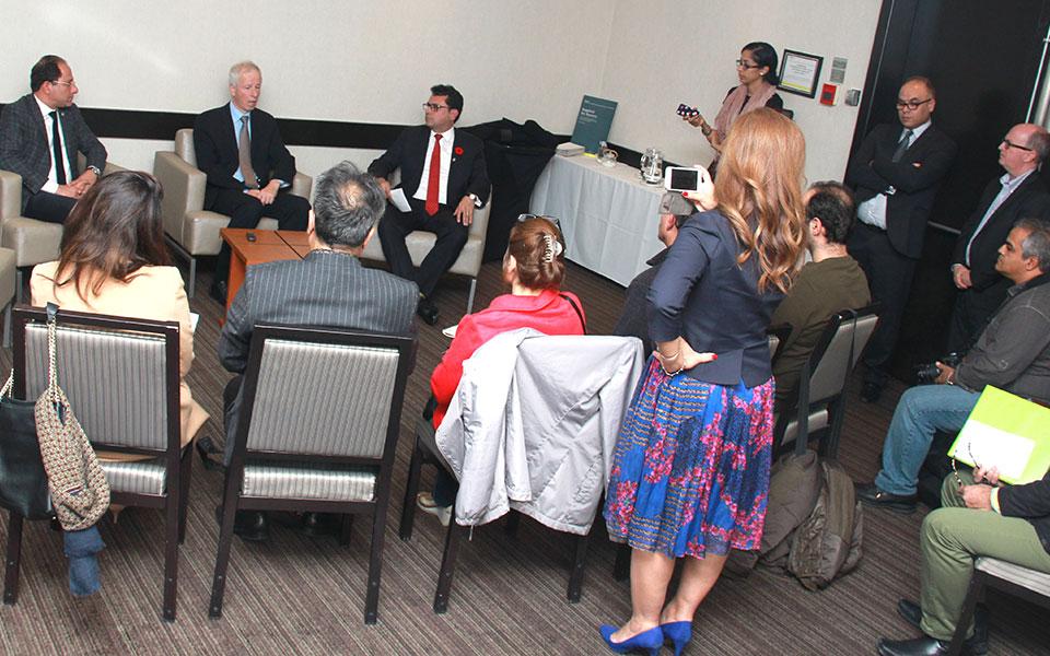 آقای استفن دیان وزیر خارجه کانادا در میان دو نماینده ایرانی تبار پارلمان کانادا آقایان مجید جوهری (راست) و علی احساسی (چپ) در پاسخ به سئوالات خبرنگاران رسانه های ایرانی-کانادایی بر اهمیت جلو بردن خط مشی تعامل و مذاکره با ایران تاکید می کند. جمعه 28 اکتبر 2016-عکس از سلام تورنتو