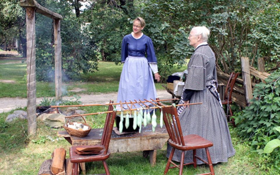 در کارگاه بافندگان دوختن لحاف و تشک، و حتی قالی به روشهای قدیمی باعث سرگرم شدن همه افراد خانواده می شود.