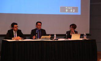 مجید جوهری نماینده ریچموندهیل در پارلمان (وسط) و بیژن احمدی (چپ) رئیس کنگره ایرانیان کانادا در کنار مدیر جلسه (راست)