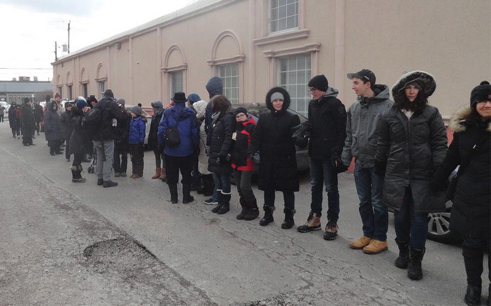 با این وجود در چندین نقطه تورنتو عده ای از ساکنان این سرما را به هیچ گرفتند و در دقایق نماز ظهر به دور مساجد شهر حلقه های صلح  Ring of Peace تشکیل دادند.
