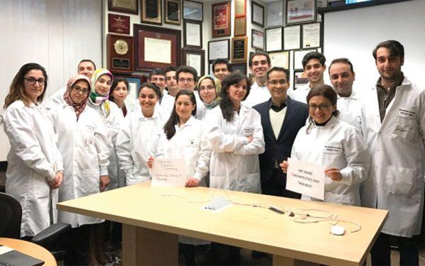 دکتر خادم حسینی  سرپرست آزمایشگاه  بیوتکنولوژی دانشگاه هاروارد و بیست محقق ایرانی در کنار او Photo Credit: Dr. Shrike Zhang