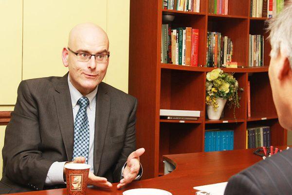 استیون دل دوکا وزیر راه و ترابری انتاریو،  پنجشنبه 2 فوریه 2017 در  دفتر سلام تورنتو:  سهم 99 شهر انتاریو از مالیات بنزین را دو برابر می کنیم.