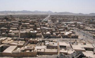 استان بلوچستان به خصوص در اطراف جاز موریان به دلیل گرمای فوقالعاده هوا در تابستان و نقصان بارندگی (درحدود یکصد میلیمتر در سال) سرزمینی است خشک و کویری که پیشروی شن های روان کویر روز به روز بـر وسعت مناطق خشک و بایر آن می افزاید.