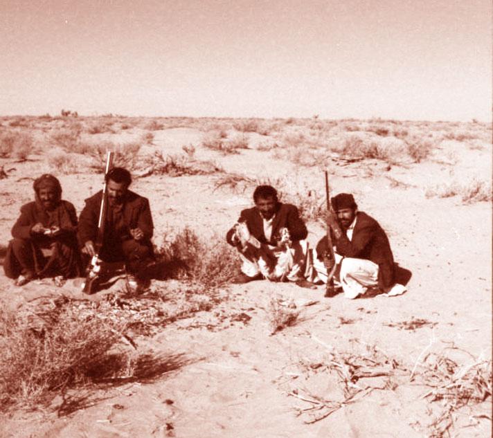 در حال آماده کردن گوشت شکار برای غذای صحرایی