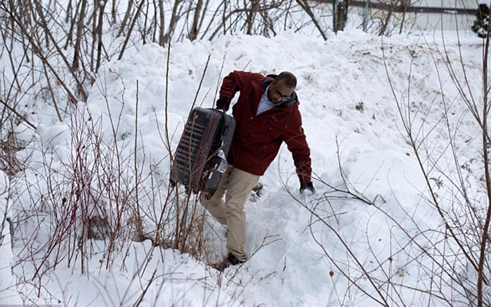مهاجرانی که می خواهند به کانادا بیایند گزینه هشت ساعت راه رفتن در نیمه شب را با تحمل سردی هوا انتخاب می کنند