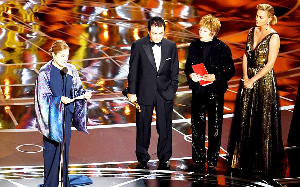 انوشه انصاری در حال قرائت پیام اصغر فرهادی.  از راست به چپ:  شارلیز ثرون ستاره هالیوود، شرلین مک لین ستاره  82 ساله سینما و تلویزیون و دکتر فیروز نادری