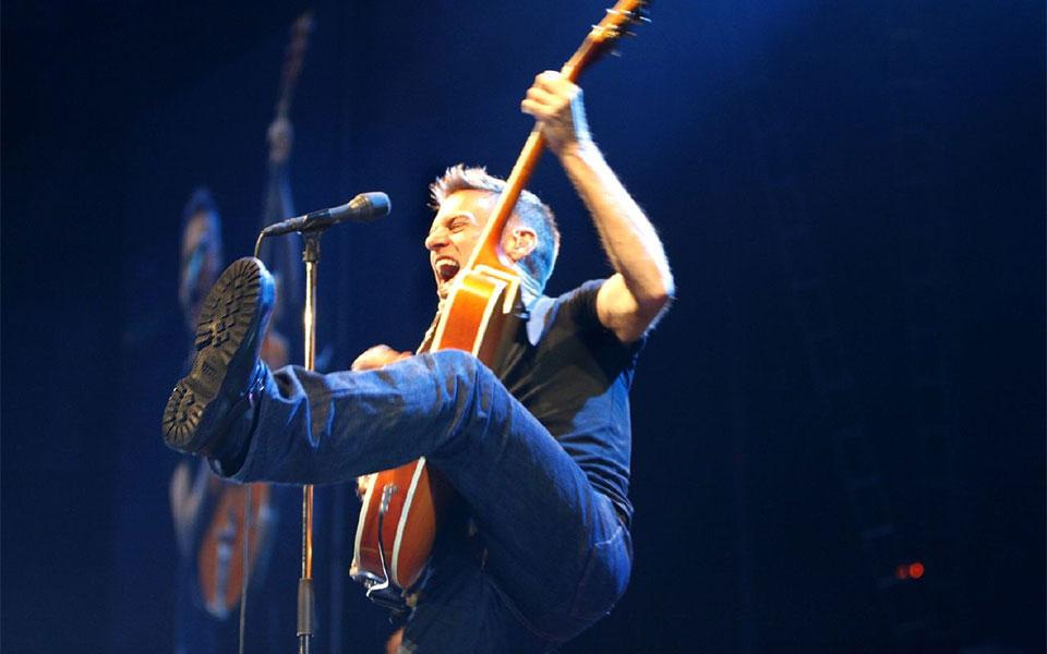 خواننده و گیتاریست معروف کانادایی برایان آدامز