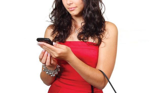 شیاد به زنی تلفن می کند و مدعی می شود یکی از مسئولان بانک است