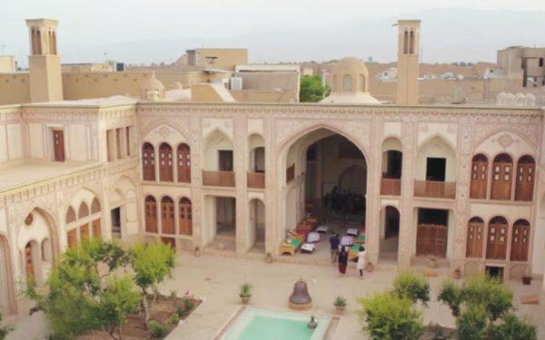 خانه عامری ها بزرگترین خانه تاریخی ایران است. 13 هزار متر مساحت، 8 حیاط، و سیصد فضا دارد؛ در واقع کاخ ورسای کاشان است.