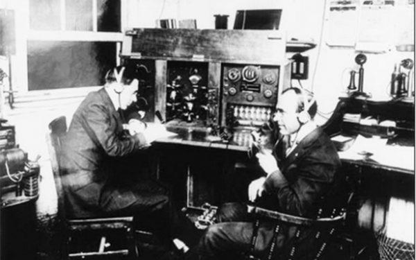 اولین پخش رادیویی به صورت مرتب و روزانه  در آمریکای شمالی آغاز شد.