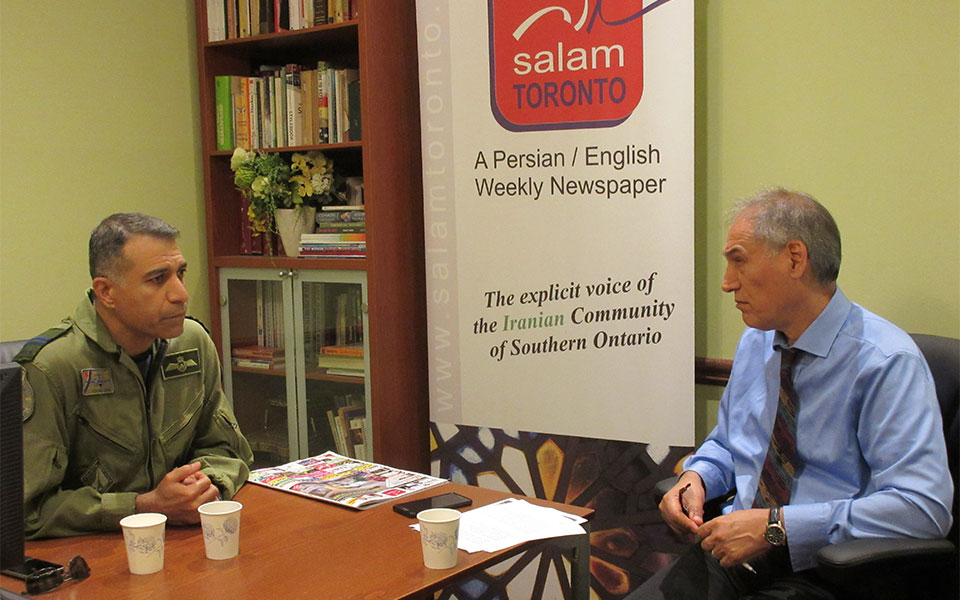 جمعه 4 آگوست 2017 ، دفتر سلام تورنتو ـ کاپیتان هومن شیرازی (چپ) در گفتگو با مشهود ناصری از ویژگی های ارتش کانادا می گوید