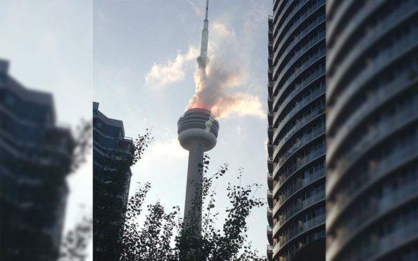 در اثر آتش  سوزی دود غلیظی از برج سی ان تاور بیرون می آمد