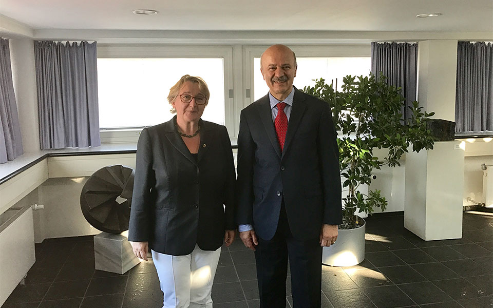 دکتر رضا مریدی و ترسا بایر (Theresia Bauer) وزیر علوم، تحقیقات و هنر ایالت بادن ووتم برگ آلمان