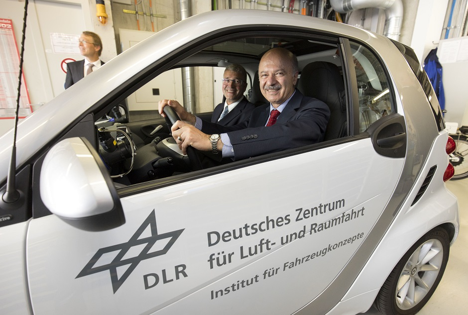 دکتر مریدی در اتومبیل نمونه سازی شده ای که توسط (DLR Institute (German Aerospace Center  و با فناوری فیول سل ساخته شده است. این تکنولژی نسلی از اتومبیل های برقی خواهند بود که تا ۱۰۰۰ کیلومتر احتیاج به شارژ مجدد ندارند. سلول های سوختی با ترکیب اکسیژن و یک گاز همانند هیدروژن و متان در سراسر غشا نفوذ پذیر خود الکتریسیته تولید می کنند.