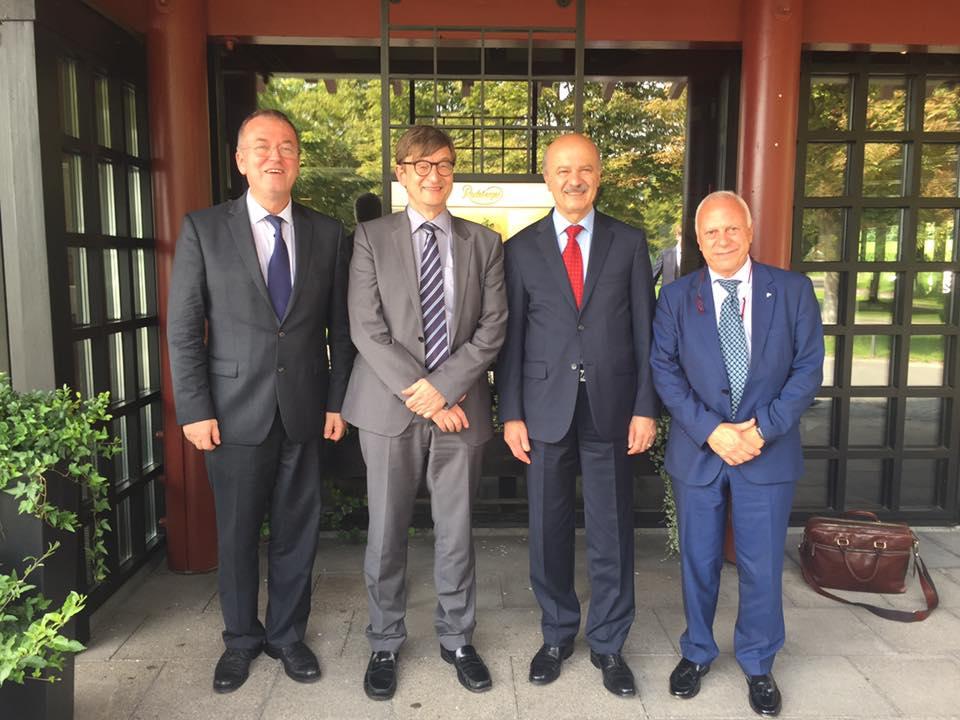 دکتر مریدی با پرفسور عمر ویسلر -با عینک - رئیس انجمن تحقیقاتی هلم هولتز Prof. Dr. Omar Wiestler Helmholtz Association