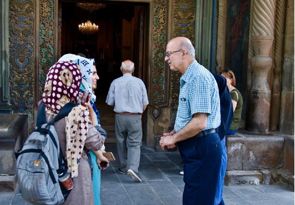 دکتر مریدی با گردشگران ایرانی در Mother See of Holy Etchmiadzin در نزدیکی ایروان گفتگو میکند.