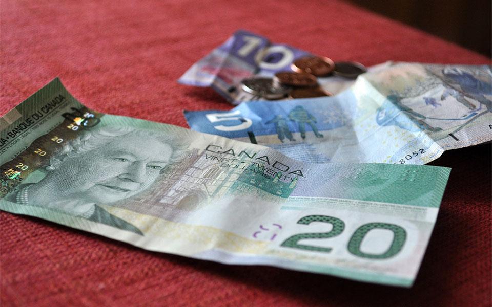 برخی تحلیلگران و کارشناسان دست به تحقیقات آنچنانی می زنند تا نشان دهند افزایش دستمزدها به زیان اقتصاد انتاریو است.