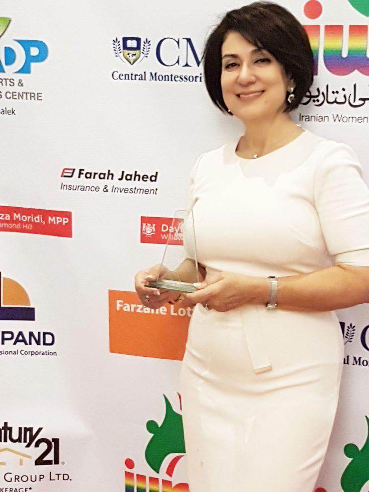 جمعه 13 اکتبر 2017 ـ اهدای لوح از سوی سازمان زنان ایرانی انتاریو به فرحناز جاهد
