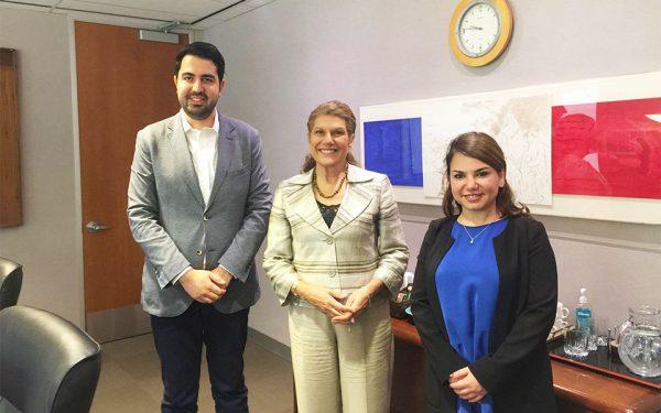 سوده قاسمی معاون هیئت مدیره (راست)  و بیژن احمدی رئیس هیئت مدیره (چپ)  در ملاقات با   لارا البانیس وزیر مهاجرت و شهروندی انتاریو (وسط)
