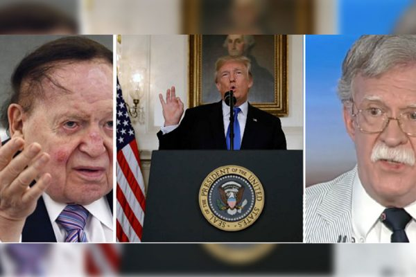 """""""پس از دیدار بولتون (سمت راست) با حامی بسیار پولدار جمهوری خواه شلدون ادلسن (سمت چپ) پنجشنبه بعدازظهر از لاس وگاس بولتون به ترامپ زنگ زد و متعاقبا عبارتی به سخنان ترامپ اضافه می شود. این در حالی است که کلی (رئیس دفتر ترامپ) دسترسی بولتون به ترامپ را محدود کرده بود. بولتن از ترامپ می خواهد که عبارتی به این مضمون که وی (ترامپ) حق بر هم زدن کامل برجام را برای خود محفوظ می """"کند، را به سخنانش اضافه کند."""""""