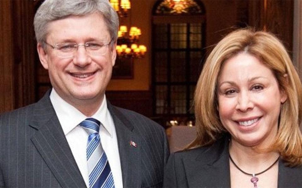 سناتور لیندا  فرام  در کنار استفن هارپر نخست وزیر سابق کانادا