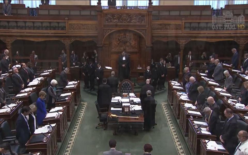 نمایندگان مجلس انتاریو بر جا ایستاده و یک دقیقه سکوت کردند
