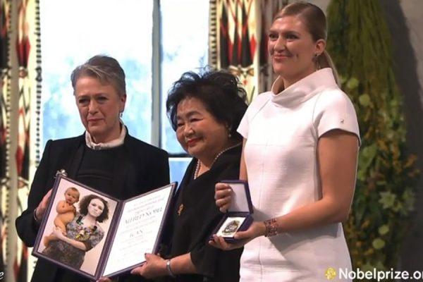 بیاتریس فین Beatrice Fihn رئیس ICAN (راست) و ستسوکو ثورلو Setsuko Thurlow بازمانده بمب اتمی هیروشیما (وسط ) مشترکا جایزه صلح نوبل امسال را دریافت کردند.