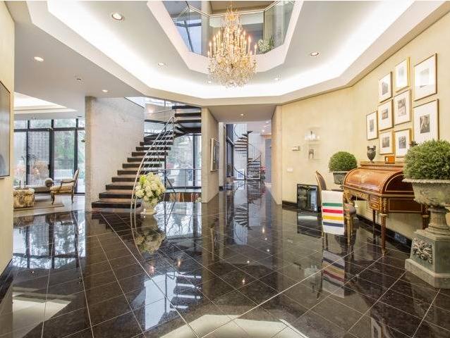 خانه بری و هانی شرمن اخیرا به مبلغ 6.9 میلیون دلار به معرض فروش گذاشته شده بود.