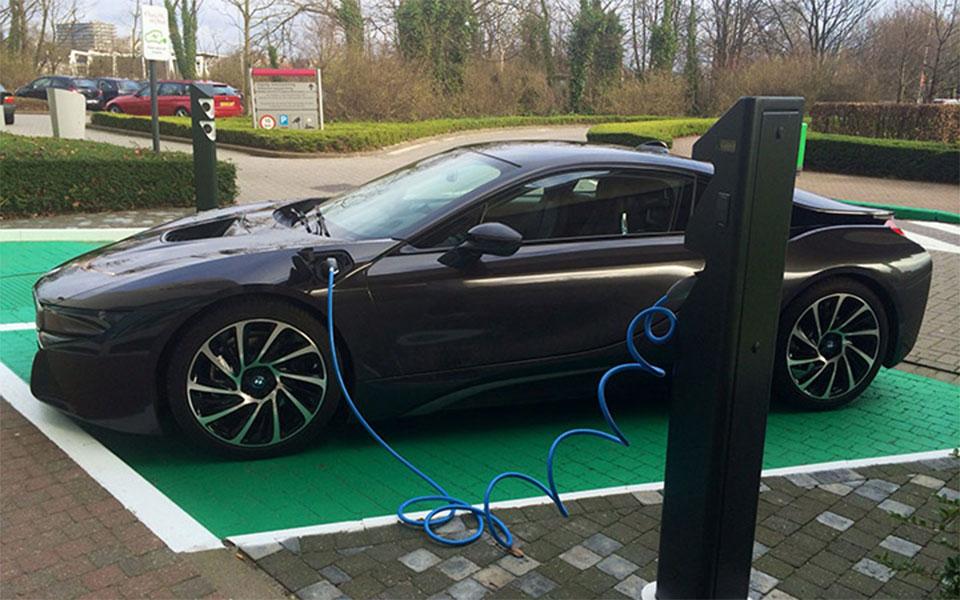 در حال حاضر بیش از 1300 دستگاه چارج اتومبیل های برقی در انتاریو مشغول کار هستند که متعلق به دولت اند.