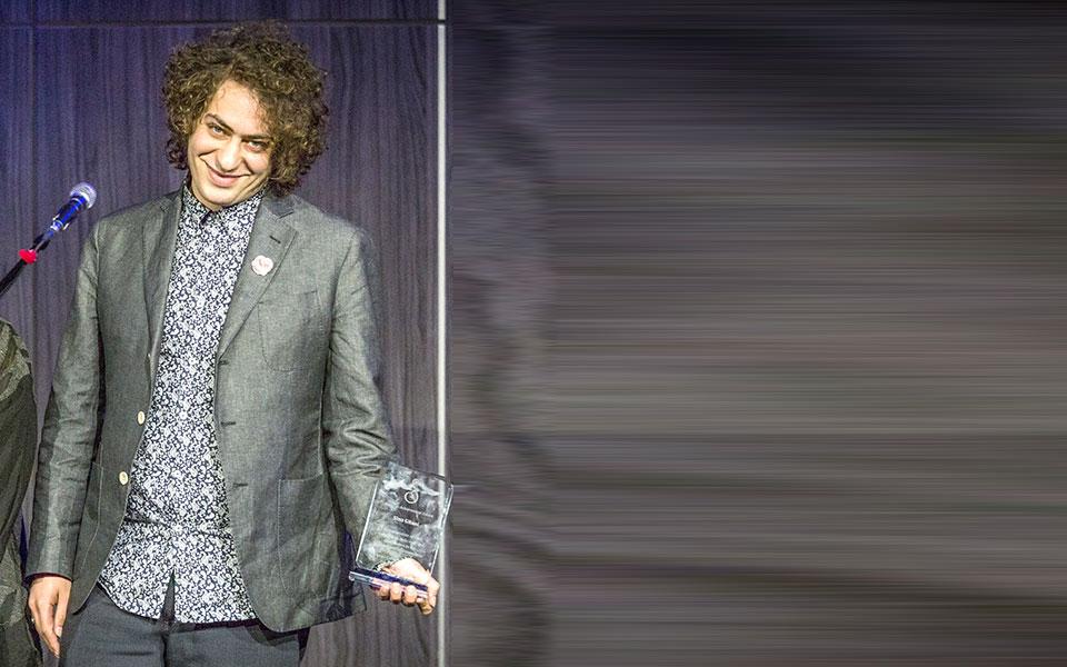 Arts and Culture: Sina Gilani دریافت کننده جایزه سیمرغ: سینا گیلانی
