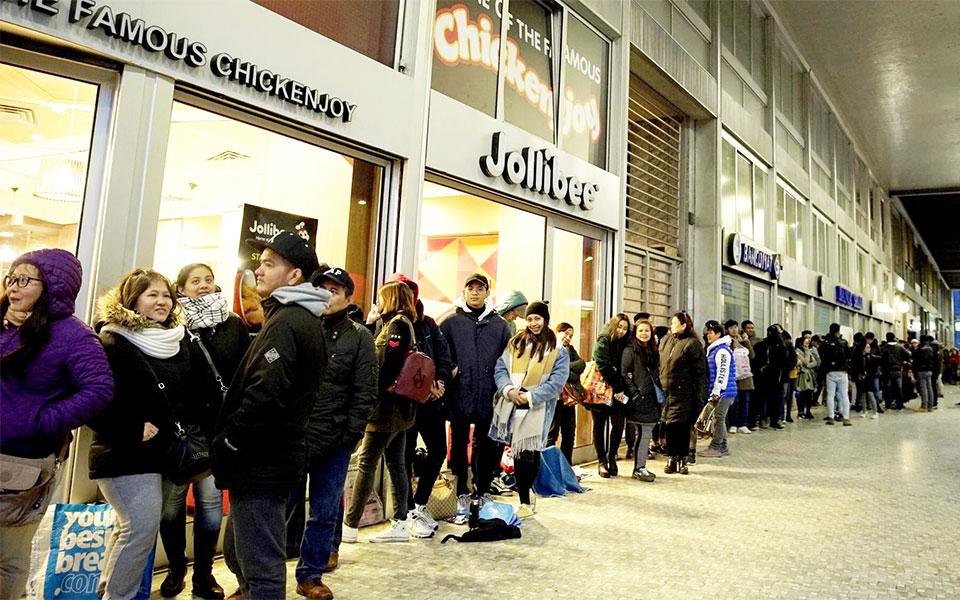 """صف طولانی مردم برای سفارش از رستوران """"جولی بی""""-عکس از قیس بوک"""