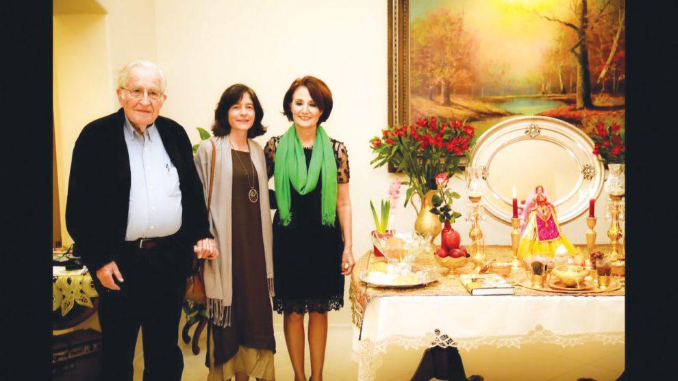 از راست : پروفسور سیمین کریمی، والریا واسرمن (همسر چامسکی)، و پروفسور نوام چامسکی