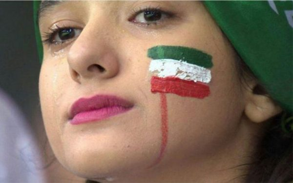 این هوادار ایرانی پس از باخت به اسپانیا اشک میریزد