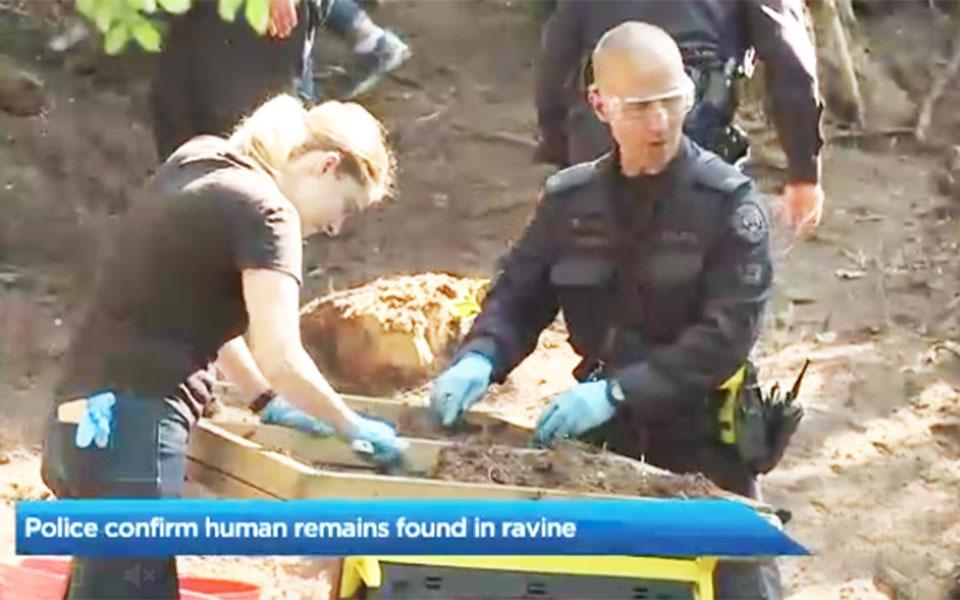 پلیس در حال جستجو در محلی که بقایای اجساد پیدا شده