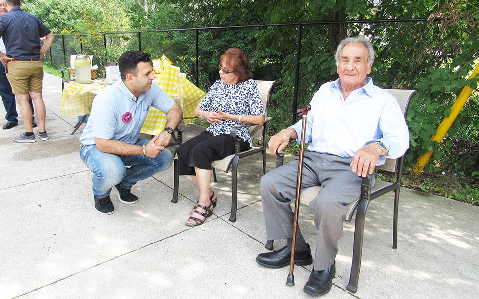 رامین فرجی هنگام ملاقات با ساکنان ریچموندهیل