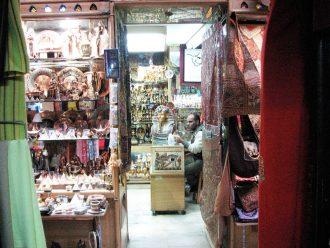 سری به مغازه های کوچک و قدیمی بازار می زنیم.