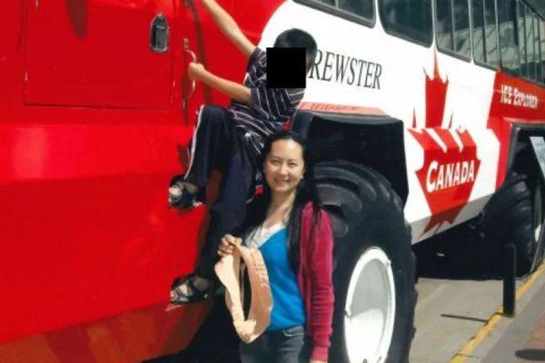 یکی از عکسهایی که برای نشان دادن رابطه منگ با ونکوور به دادگاه عالی بریتیش کلمبیا ارائه شد-منگ در کنار یکی از فرزندانش در ونکوور