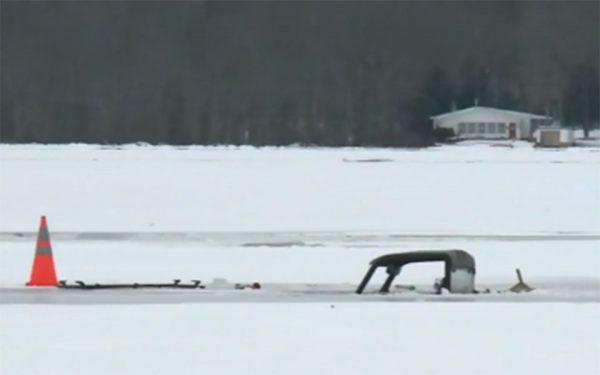 اسکرین شات - اتومبیل فرو رفته در یخ دریاچه