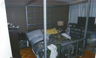 افسرانی که در روز دستگیری مک آرتور به آپارتمان او یورش بردند، مردی را یافتند که با دستبند به تختخواب مک آرتور بسته شده بود.
