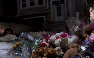 همدردی مردم با گذاشتن گل و عروسک در محل حادثه