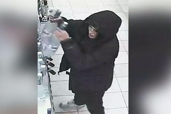 تصویر دوربین مدار بسته از شخصی که در حال دزدی از فروشگاه مشروب فروشی است