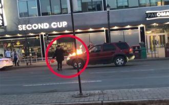 در این ویدیو دیده می شود که این فرد روی کاپوت جلوی یک اتومبیل بنزین ریخته آن را آتش می زند.