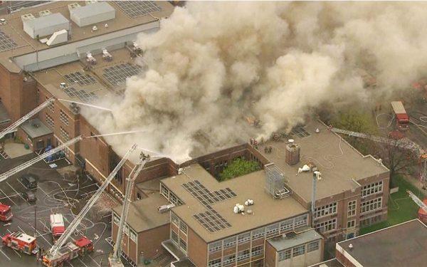 به نظر می آید این دو آتش سوزی جدای از هم بوده اند ولی در هر دو مورد آدیتوریوم تاریخی دبیرستان گرفتار شده.
