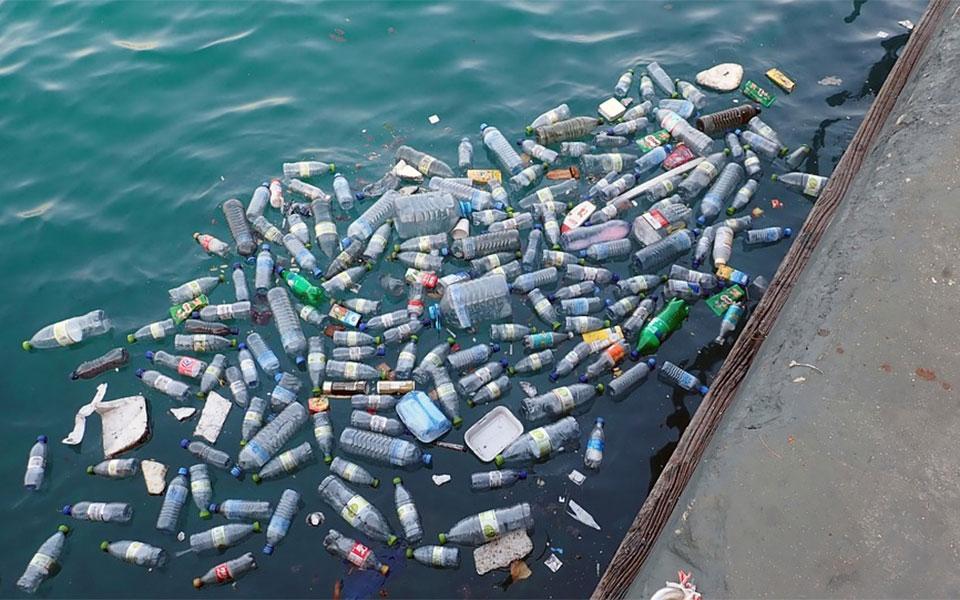 دولت کانادا نیز می گوید کمتر از ده درصد پلاستیک استفاده شده در کانادا، بازیافت می شود
